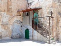 对引伸的步在圆顶的庭院里在圣墓教堂附近的埃赛俄比亚的修道院里在老城市o 免版税库存照片