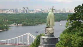 对弗拉基米尔的纪念碑鲁斯的浸礼会教友和步行桥在基辅 股票录像