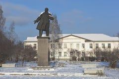 对弗拉基米尔・伊里奇・列宁的纪念碑背景的学校第3在Velsk,阿尔汉格尔斯克州地区,俄罗斯镇  免版税图库摄影