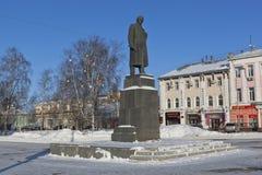 对弗拉基米尔・伊里奇・列宁的纪念碑自由正方形的在市沃洛格达州 免版税图库摄影