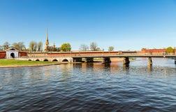 对彼得和保罗堡垒的入口从Ioannovsky桥梁 免版税图库摄影