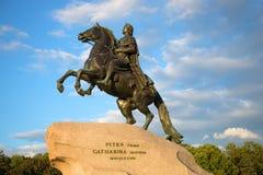 对彼得大帝特写镜头的纪念碑在多云天空的背景在一个晚上在威严的圣彼得堡 免版税库存照片