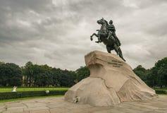 对彼得大帝的古铜色御马者雕象 库存照片