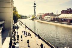 对彼得大帝雕象、公园Muzeon, Vodootvodny运河的看法堤防和Krasny Oktyabr前工厂,莫斯科 免版税库存图片