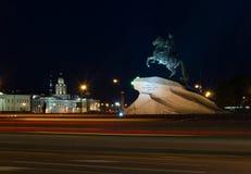 对彼得大帝1的纪念碑,有街道照明的在晚上,圣彼德堡,俄罗斯 免版税库存照片