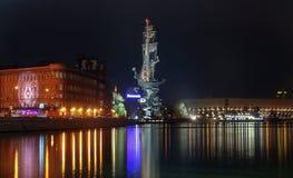 对彼得的纪念碑伟大在莫斯科河的堤防有五颜六色的反射的在河 库存图片