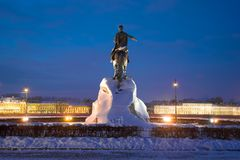 对彼得的纪念碑我在2月晚上镀青铜御马者 彼得斯堡俄国st 库存图片