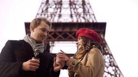 对待他的女朋友的人以热的饮料在欧洲保留温暖,浪漫旅行 免版税库存图片