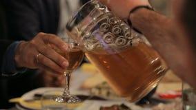 对待他的客人的好客的所有者与传统纤巧和酒精 股票录像