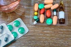 对待的药物以片剂和细颈瓶的形式 库存图片