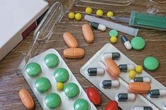 对待的药物以片剂和细颈瓶的形式 免版税库存照片