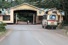 对恩戈罗恩戈罗保护区火山口坦桑尼亚的入口门 免版税库存图片