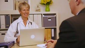 对患者的医生解释的疗程 影视素材