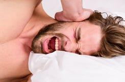 对感觉良好的早晨定期技巧整天 如何起来在新鲜早晨的感觉 睡过头的上午 英俊的人 免版税库存图片