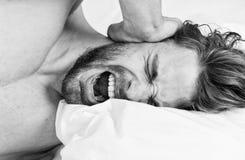 对感觉良好的早晨定期技巧整天 如何起来在新鲜早晨的感觉 睡过头的上午 英俊的人 库存图片