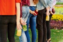 对戒毒所的时间 与果汁鸡尾酒的青年时期 免版税库存图片