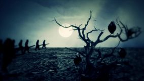 对战争的中世纪军队3月在晚上与一棵死的树和吹捧