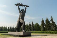 对战士西伯利亚人的14米纪念品在以胜利第30周年和休息命名的公园文化  免版税库存图片