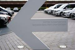 对戴姆勒总店Untertuerkheim的定向箭头 免版税库存图片