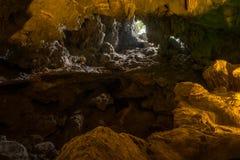 对户外的天窗下龙湾` s洞穴的深度 库存照片