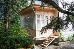 对房子的入口从庭院通过一个木游廊 免版税库存照片
