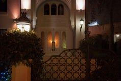 对房子的入口在与灯笼和篱芭的晚上在一个东方样式 库存图片
