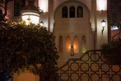 对房子的入口在与灯笼和篱芭的晚上在一个东方样式 图库摄影