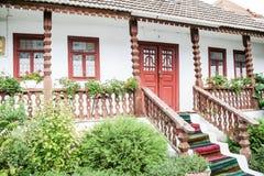 对房子的入口在村庄。 免版税库存照片