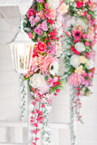 对房子的入口有一朵白色灯和花的 免版税库存图片