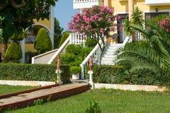 对房子的庭院入口 免版税库存图片