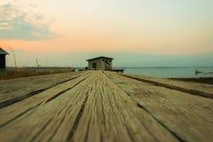 对房子的木桥 免版税图库摄影