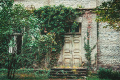对房子的老门 免版税库存照片