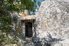 对房子的门岩石的 在前景的巨大的石头 免版税图库摄影