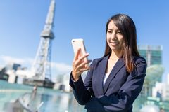 对手机的女实业家用途在名古屋 库存图片