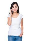 对手机的少妇谈话 免版税库存照片