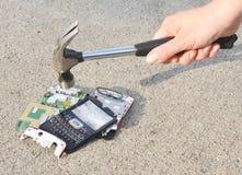 对手机的锤子 免版税库存照片