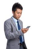 对手机的年轻商人用途 免版税库存图片