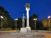 对托木斯克的学生的对圣徒塔蒂亚娜的纪念碑或纪念碑在晚上 图库摄影