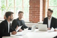 对投资者的商人最新文件,谈判与p 免版税库存照片