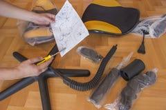 对拧紧的家具的人的handprepares 免版税图库摄影