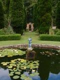 对拱道的池塘雕象 免版税库存照片