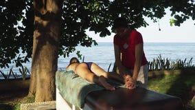 对按摩做的妇女女孩在亚洲 巴厘岛,印度尼西亚 影视素材