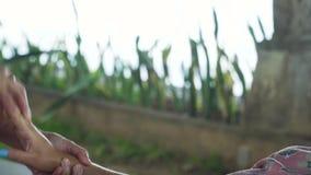 对按摩做的妇女女孩在亚洲 巴厘岛,印度尼西亚 股票视频