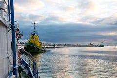 对捕鱼港口的入口 免版税图库摄影