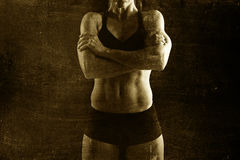 对摆在负的适合和坚强的体育妇女反抗在与鞭痕的凉快的态度建立了身体 库存照片