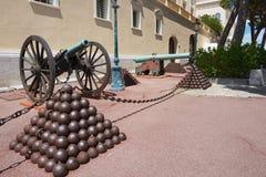 对支持的大炮的看法Prince' s宫殿在摩纳哥,摩纳哥 库存照片