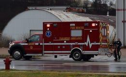 对救护车的EMT运载的自行车在事故场面  图库摄影