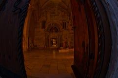 对教会的入口在Studenica修道院里面晚上 免版税库存图片