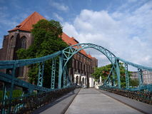 对教会的桥梁在弗罗茨瓦夫 库存图片