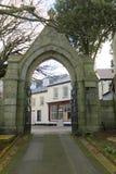 对教会的石曲拱门户 免版税库存照片